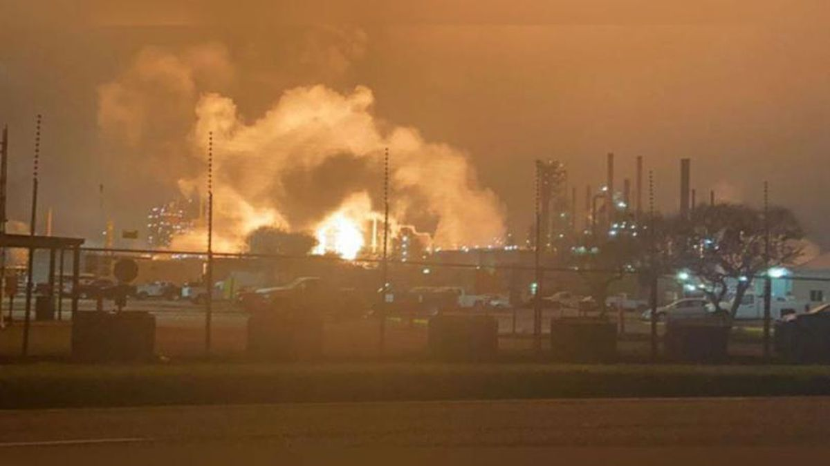 A fire broke out just before midnight at the ExxonMobile refinery on the bluffs of the Mississippi River in North Baton Rouge. | Source: David Allen / WAFB
