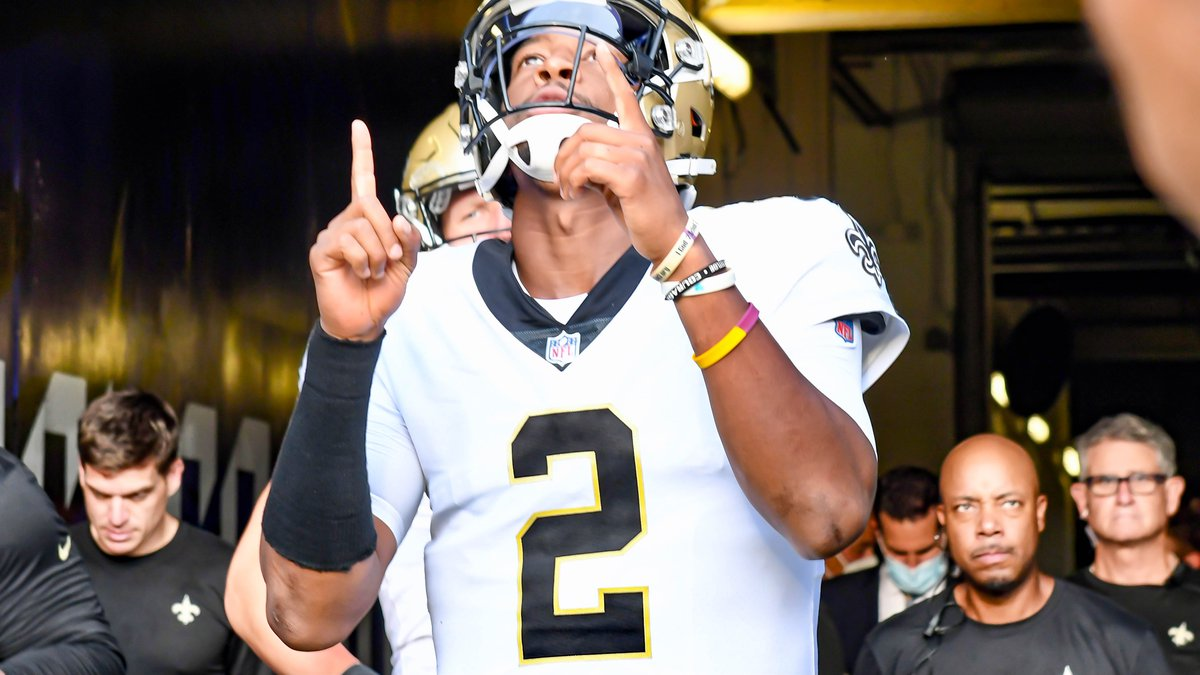 Jameis Winston throws 2 TD passes in the first half against the Jaguars.